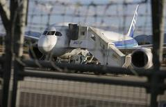 """Un Boeing 787 d""""All Nippon Airways immobilisé sur le tarmac de l'aéroport de Takamatsu. A moins d'un scénario catastrophe aujourd'hui très hypothétique, des analystes estiment que l'impact des difficultés du 787 Dreamliner de Boeing sur ses fournisseurs comme Zodiac Aerospace, Thales ou Safran devrait être limité. /Photo prise le 18 janvier 2013/REUTERS/Issei Kato"""