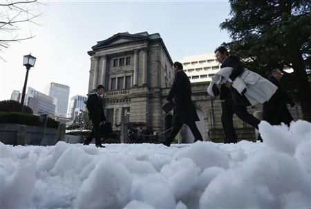 People walk past a street covered with snow in front of the Bank of Japan in Tokyo January 15, 2013. REUTERS/Kim Kyung-Hoon