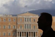 El Fondo Monetario Internacional estimó el viernes que Grecia afronta un déficit de financiación de entre 5.500 y 9.500 millones de euros para 2015 y 2016, y destacó que recibió la confirmación de Europa de que Atenas seguirá recibiendo ayuda. En la imagen, el ministro griego de Finanzas, Yannis Stournaras en su oficina en la plaza Syntagma, frente al Parlamento griego, en Atenas, el 16 de enero de 2013. REUTERS/Yannis Behrakis