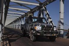 Um veículo militar de Mali atravessa uma ponte estratégica sobre uma represa no rio Níger protegida por forças francesas em Markala, Mali. 18/01/2013 REUTERS/Joe Penney