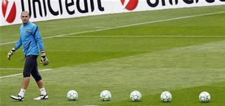El portero del Barcelona Víctor Valdés ha rechazado renovar su contrato con el club y abandonará la entidad en 2014, dijo el viernes el director deportivo, Andoni Zubizarreta. En la imagen de archivo, Víctor Valdés, durante un entrenamiento con el Barça. REUTERS/Albert Gea