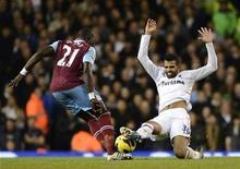 Le milieu de terrain de Tottenham Sandro (de face), opéré du genou en milieu de semaine, sera absent des terrains jusqu'à la fin de la saison. /Photo prise le 25 novembre 2012/REUTERS/Dylan Martinez