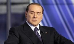 O ex-primeiro-ministro italiano, Silvio Berlusconi, aparece no programa de televisão Porta a Porta em Roma, Itália. Berlusconi ampliou sua alta nas pesquisas italianas nesta sexta-feira, aumentando as chances de que o Partido Democrático, de centro-esquerda, agora liderando a corrida, tenha que buscar um pacto com o bloco de Mario Monti, de centro. 9/02/2013 REUTERS/Remo Casilli