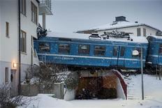 El choque de un tren con un apartamento de edificios de baja altura en Suecia esta semana fue un accidente y no fue provocado por una limpiadora, que fue la única persona herida, dijeron los fiscales el viernes. En la imagen, el tren descarrilado en Saltsjobaden, a las afueras de Estocolmo, el 15 de enero de 2013. REUTERS/Jonas Ekstromer/Scanpix Sweden