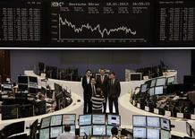 Las acciones europeas cerraron con retrocesos el viernes tras decepcionantes datos económicos en Gran Bretaña y Estados Unidos, pero niveles técnicos de soporte y las políticas de estímulo de bancos centrales mantuvieron a los principales índices cerca de máximos de varios meses. En la imagen, varias personas posan para una foto en la bolsa de Fráncfort, el 18 de enero de 2013. REUTERS/Remote/Janine Eggert