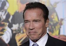 """Ator Arnold Schwarzenegger é visto durante da estréia do filme """"O Último Desafio"""", em Los Angeles. Inspirado em seu ídolo Clint Eastwood, Schwarzenegger retorna ao cinema com o filme de ação, seu primeiro papel depois de uma pausa de sete anos para assumir o cargo de governador da Califórnia. 14/01/2013 REUTERS/Phil McCarten"""