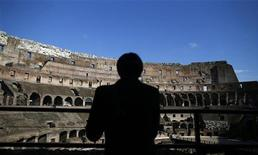 Unos restauradores italinos que limpiaban el Coliseo han descubierto los restos de unos frescos que indican que el interior de uno de los monumentos más famosos del mundo podría haber estado coloreado en época de los romanos. En la imagen, un turista se asoma a una de las barandillas en interior del Coliseo. REUTERS/Tony Gentile