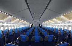 """Imagen de archivo del interior de un avión 787 de Boeing durante su primer aterrizaje oficial en el aeropuerto de Viena, dic 17 2012. El secretario de Transporte de Estados Unidos, Ray LaHood, dijo el viernes que los aviones 787 Dreamliner de Boeing Co no volverán a volar hasta que las autoridades estén un """"1.000 por ciento"""" convencidas de que las naves son seguras. REUTERS/Heinz-Peter Bader"""