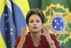"""Presidente Dilma Rousseff fala durante café da manhã com repórteres estrangeiros no Palácio do Planalto, em Brasília, em dezembro de 2012. Dilma Rousseff disse que o Brasil terá crescimento """"sério, sustentável e sistemático"""" em 2013, em meio a preocupações sobre a retomada da economia. 27/12/2012 REUTERS/Ueslei Marcelino"""