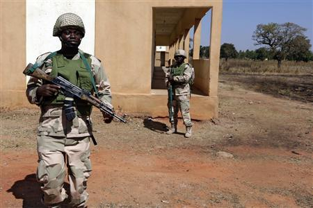 Mali army retakes town, Islamists flee French air...