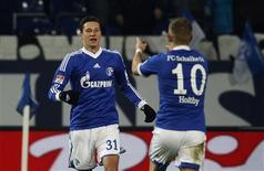 Julian Draxler et Lewis Holtby, deux des buteurs de Schalke 04 vendredi soir. Le club de Gelsenkirchen a signé vendredi une victoire ébouriffante 5-4 (dont quatre buts inscrits en deuxième période) à domicile contre Hanovre 96, lors du premier match de l'année 2013 en Bundesliga. /Photo prise le 19 janvier 2013/REUTERS/Ina Fassbender