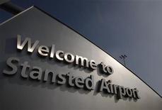 El grupo Manchester Airports (MAG) acordó el viernes con el holding Heathrow Airports, controlado por la española Ferrovial, la compra del aeródromo de Stansted por 1.500 millones de libras esterlinas (1.800 millones de euros). En la imagen, un cartel a la entrada al aeropuerto el 19 de marzo de 2009. REUTERS/Stephen Hird
