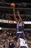 Kevin Durant anotó 52 puntos, un récord en su carrera, en el emocionante partido que los Thunder de Oklahoma, líderes de la NBA, ganaron por 117-114 a Dallas Mavericks el viernes. En la imagen, Durant (C) tira a canasta en Dallas, Texas, el 18 de enero de 2013. REUTERS/Mike Stone