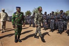 Los dirigentes africanos reunidos en Costa de Marfil el sábado ratificarán previsiblemente una misión regional que tiene como objetivo sustituir a las fuerzas francesas en la lucha contra los integristas de Al Qaeda en Mali, pero que está aún falta de financiación y planificación. En la imagen, el jefe del Estado mayo de Costa de Marfil, Soumaila Bakayoko (I), y el jefe del Estado Mayor del Ejército de Mali, Ibrahima Dahirou Dembele (C), inspeccionan las tropas en una base aérea en Bamako el 16 de enero de 2013. REUTERS/Joe Penney