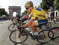 """Paramount Pictures y la compañía Bad Robot del productor de """"Star Trek"""" J.J. Abrams han comprado los derechos cinematográficos del próximo libro sobre el ocaso del ciclista Lance Armstrong, según una persona con conocimiento sobre la transacción. En la imagen, de archivo, el ex ciclista Lance Armstrong en la última etapa del Tour de Francia que transcurre por los Campos Elíseos de París. REUTERS/Eric Gaillard"""