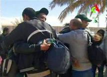 """El Ejército argelino llevó a cabo el sábado un """"asalto final"""" contra hombres armados vinculados con Al Qaeda que habían tomado una planta gasística en el desierto, matando a once de los islamistas después de que ellos quitaran la vida a siete rehenes extranjeros. En la imagen, varios rehenes se abrazan tras ser liberados el 18 de enero de 2013. REUTERS/Algerian TV"""