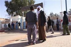 Pessoas esperam em frente a um hospital na cidade argelina de Amenas em busca de informações sobre o destino de parentes feitos reféns por militantes islâmicos. 18/01/2013 REUTERS/Ramzi Boudina
