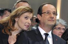 La intervención militar de Francia en Mali durará el tiempo que sea necesario para superar el terrorismo en la región, dijo el sábado el presidente François Hollande. En la imagen, Hollande y su pareja, Valerie Trierweiler (I), en un acto en Tulle, en el centro de Francia, el 19 de enero de 2013. REUTERS/Pierre Andrieu/Pool