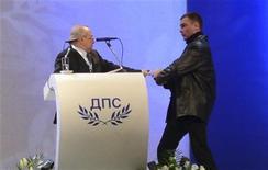 Homem invadiu palco de convenção e apontou arma contra líder do partido turco da Bulgária. Ele foi contido por seguranças e preso em seguida. 19/01/2013 REUTERS/Tsvetelina Belutova