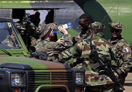 A French soldier drinks water following a visit by Mali's Prime Minster Django Cissoko at the Mali air force base near Bamako January 19, 2013. REUTERS/Eric Gaillard