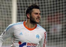 André-Pierre Gignac a inscrit samedi sur le fil le troisième et dernier but de l'Olympique de Marseille face à Montpellier (3-2), offrant un succès précieux à ses coéquipiers qui sont revenus à un point de Lyon au sommet de la Ligue 1. /Photo prise le 19 janvier 2013/REUTERS/Jean-Paul Pélissier