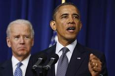 El presidente de Estados Unidos, Barack Obama, ofreció el sábado cualquier tipo de ayuda que pueda necesitar el Gobierno de Argelia tras la sangrienta crisis de rehenes en una planta de gas en el desierto de ese país, y afirmó que buscará de las autoridades argelinas una amplia explicación de lo que sucedió. En la imagen, Obama junto a su vicepresidente, Joe Biden, en Washington el 13 de enero de 2013. REUTERS/Larry Downing