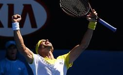 David Ferrer cree que su victoria en cuarta ronda ante el japonés Kei Nishikori ha sido uno de los mejores partidos disputados en el Abierto de Australia, pero el español aún duda de que pueda ganar el título la próxima semana. En la imagen, Ferrer celebra su victoria en Melbourne el 20 de enero de 2013. REUTERS/David Gray