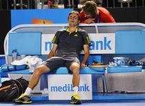 Gilles Simon après sa victoire samedi à Melbourne contre Gaël Monfils. Cette qualification pour les huitièmes de finale de l'Open d'Australie, qui lui vaudra d'affronter Andy Murray (tête de série n°3) a été acquise de haute lutte (6-4 4-6 4-6 1-6 8-6, en 4h43) et a valu au Français des crampes généralisées après sa sortie du court. /Photo prise le 20 janvier 2013/REUTERS/Toby Melville