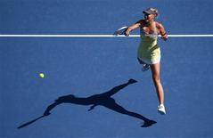 La Russe Maria Sharapova, tête de série n°2, a poursuivi dimanche son impressionnant parcours à l'Open de tennis d'Australie, décrochant son ticket pour les quarts de finale en écartant sans ménagement la Belge Kirsten Flipkens 6-1 6-0. /Photo prise le 20 janvier 2013/REUTERS/David Gray