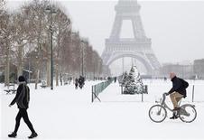 Plus de la moitié des départements français étaient placés en vigilance orange par Météo France samedi en fin d'après-midi en raison de la neige, du verglas ou de risques d'inondations et 40% des vols au départ de Paris devraient être annulés dimanche. /Photo prise le 19 janvier 2013/REUTERS/John Schults