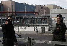 Un artefacto explosivo estalló el domingo en un centro comercial cerca de Atenas, causando daños e hiriendo levemente a dos empleados de seguridad, dijo la policía. En la imagen, varios policías en la zona de la explosión cerca de Atenas el 20 de enero de 2013. REUTERS/John Kolesidis