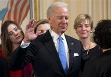 Joe Biden a prêté serment dimanche comme vice-président des Etats-Unis, pour un second mandat de quatre ans, la juge de la Cour suprême Sonia Sotomayor (de dos) et en présence de sa famille ainsi que d'une centaine d'invités, lors d'une petite cérémonie dans sa résidence officielle à Washington. /Photo prise le 20 janvier 2013/REUTERS/Saul Loeb/Pool