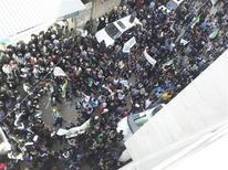 Manifestantes saíram às ruas de Jubar, próximo à capital síria Damasco, para protestar contra o ditador do país Bashar al-Assad. Líderes da oposição devem se encontrar em Paris no dia 28. 18/01/2013 REUTERS/Abu Adel Al-Jubarani/Shaam News Network/Handout