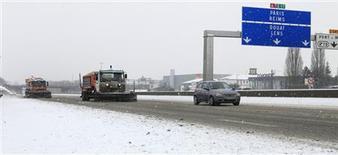 Sur l'autoroute A1 Paris-Lille près de Seclin, dans le Nord. Les transports sont perturbés ce dimanche dans plus de la moitié de la France en raison d'importantes chutes de neige et du verglas, prévus jusqu'à lundi matin, avant de nouvelles perturbations à l'ouest du pays. /Photo prise le 20 janvier 2013/REUTERS/Pascal Rossignol