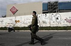 Dois funcionários da segurança do shopping ficaram feridos após a explosão. Esse foi o mais recente de uma série de ataques à organizações, jornalistas e políticos gregos, nas últimas semanas, em meio à crise financeira enfrentada pelo país. 20/01/2013 REUTERS/Yorgos Karahalis