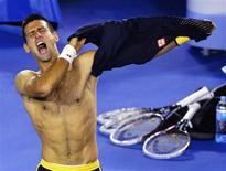 El serbio Novak Djokovic sobrevivió a un gran susto ante un inspirado Stanislas Wawrinka para avanzar el domingo a los cuartos de final del Abierto de Australia, tras cinco horas de extenuante partido. En la imagen, Djokovic celebra su triunfoante Wawrinka el 20 de enero de 2013. REUTERS/Toby Melville