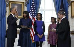 Le président Barack Obama a prêté serment dimanche lors d'une cérémonie privée à la Maison blanche, en présence de sa famille, pour un second mandat de quatre ans à la tête des Etats-Unis. /Photo prise le 20 janvier 2013/REUTERS/Larry Downing