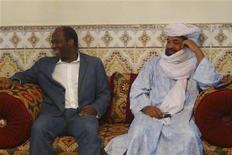 Iyad Ag Ghali (direita), líder da organização Ansar Dine, foi parceiro confiável do governo alemão. Na foto, é visto com o ministro das Relações Exteriores da Burkina Faso, Djibril Bassole. 07/08/2012. REUTERS/Stringer