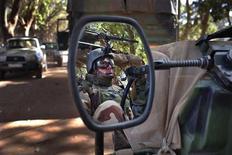Militaires français à Niono, au Mali. Des colonnes de blindés français progressaient dimanche vers Diabali, ville du centre de Mali qui aurait été abandonnée par les rebelles djihadistes après plusieurs jours de bombardements aériens. /Photo prise le 20 janvier 2013/REUTERS/Joe Penney