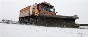 Déneigeuse sur l'autoroute A1 près de Seclin (Nord). Les transports ont été perturbés dimanche dans près de la moitié des départements français en raison d'importantes chutes de neige et l'apparition de verglas, prévus pour durer jusqu'à lundi, avant de nouvelles perturbations. /Photo prise le 20 janvier 2013/REUTERS/Pascal Rossignol