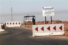 Militaire à un point de contrôle à 10 km du site gazier de Tiguentourine, dans le Sahara algérien. Les forces algériennes ont retrouvé les corps de 25 otages à l'intérieur de ce site, ce qui alourdit à 48 le nombre d'otages tués, rapporte dimanche une source proche des services de sécurité. /Photo prise le 19 janvier 2013/REUTERS/Louafi Larbi