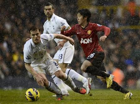 Tottenham Hotspur's Scott Parker (L) challenges Manchester United's Shinji Kagawa during their Premier League soccer match at White Hart Lane in London January 20, 2013. REUTERS/Dylan Martinez