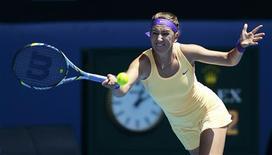 Revenue à son meilleur niveau, la Biélorusse Victoria Azarenka a laminé la Russe Elena Vesnina en moins d'une heure sur le score de 6-1 6-1 en huitième de finale de l'Open de tennis d'Australie. /Photo prise le 21 janvier 2013/REUTERS/Daniel Munoz
