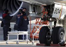La Oficina Nacional de Seguridad en el Transporte de Estados Unidos (NTSB) descartó el domingo el exceso de voltaje como causa de un incendio este mes en Boston de un avión 787 Dreamliner de Boeing operado por Japan Airlines (JAL), y amplió su investigación para incluir al fabricante del cargador de las baterías que tiene su sede en Arizona. En la imagen, unos responsables policiales investigan el 787 de All Nippon Airways que realizó un aterrizaje de emergencia el pasado miércoles, el 18 de enero de 2013. REUTERS/Issei Kato