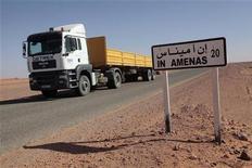 La cifra de muertos en una toma de rehenes de cuatro días en una planta de gas argelina se ha elevado a casi 60, ya que se ha comunicado la muerte de al menos nueve ciudadanos japoneses en el ataque reivindicado por un veterano combatiente islamista en nombre de Al Qaeda. En la imagen, un camión pasa junto a un cartel que indica la población de In Amenas a unos 100 km de la frontera con Libia, donde se produjo la toma de rehenes, el 18 de enero de 2013. REUTERS/Ramzi Boudina