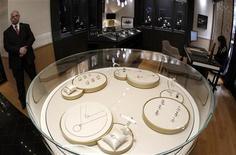 Joaillerie Piaget, une marque du groupe Richemont, à Zürich. Le groupe de luxe suisse a émis des prévisions prudentes après avoir annoncé des ventes inférieures aux prévisions au titre de son troisième trimestre. /Photo d'archives/REUTERS/Arnd Wiegmann