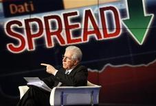 Il premier Mario Monti durante una trasmissione televisiva. REUTERS/Alessandro Bianchi