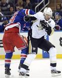 """Центрфорвард """"Питсбурга"""" Евгений Малкин (справа) борется с Райаном Кэллаханом из """"Нью-Йорк Рейнджерс"""" в матче НХЛ в Нью-Йорке 20 января 2013 года. """"Питсбург"""" обыграл в воскресенье """"Нью-Йорк Рейнджерс"""" со счетом 6-3 и одержал вторую подряд победу в регулярном чемпионате НХЛ, начало которого было отложено на несколько месяцев из-за разногласий между руководством лиги и профсоюзом игроков. REUTERS/Bill Kostroun"""