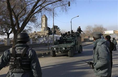 Afghan police officers run to the Kabul traffic police headquarters as it is attacked by insurgents in Kabul January 21, 2013. REUTERS/Omar Sobhani