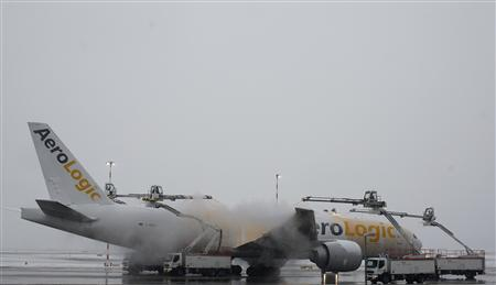 An airplane is de-iced at the Fraport airport in Frankfurt January 21, 2013. Several flights were on delay and cancelled due to heavy weather conditions. REUTERS/Lisi Niesner